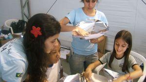 Crianças paratienses construindo forno solar