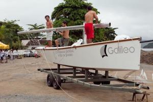 Barcos de apoio da organização sendo montados