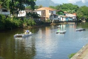 Largada: Os catamarãs Costa do Sol e Cajaíba, e os monocascos Carcará e Gabriela cruzam a cidade de Paraty.